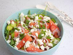 Deze watermeloen feta salade is lekker fris. Hij is heerlijk om te eten als lunch, maar hij kan ook leuk als bijgerecht bij de barbecue. Onion Soup Recipes, Salad Recipes, Healthy Recipes, Bbg, Buffet, Pasta Soup, Feel Good Food, Happy Foods, I Foods