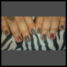 Nails gris y coral neón