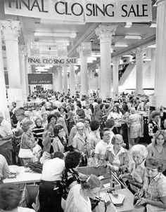 Shoppers crowd into downtown Brandeis store for final closing sale in 1980