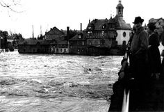 Oskar Barnack's photography of the floods in Wetzlar in 1920 (taken with a Leica prototype) is now considered to be the first reportage series shot with a 35 mm still film camera.