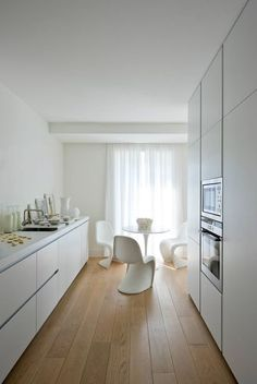 ikea kitchen voxtorp - with oak flooring plus extra tall cupboards, Similar to my kitchen plan. Kitchen Ikea, Farmhouse Kitchen Cabinets, Kitchen Cabinet Design, Kitchen Furniture, Kitchen Interior, New Kitchen, Kitchen White, Kitchen Island, Kitchen Floor Plans
