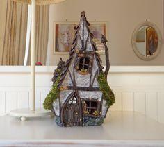 Dieses rustikale und schrulligen (fast Tudor-Stil) Märchenhaus ist zu 100 % handgefertigt. Das Innere des Hauses ist Copletely aus Ton gemacht, damit es als ein Tee-Licht-Kerze-Halter verwendet werden kann, aber aus Sicherheitsgründen es ratsam wäre, es Leuchten, indem man einige Weihnachtsbeleuchtung in oder ein led-Licht.  Die Außenseite des Daches besteht aus Kiefer Kegel Blütenblätter, eins nach dem anderen auf die keramische Form gesteckt. Das gleiche gilt für die Wände, mit den…