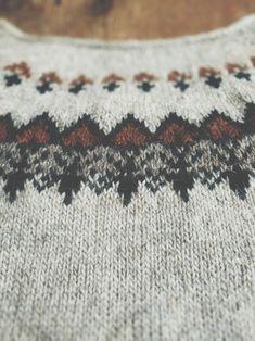 Knitting a Folkloric Lopapeysa Icelandic Sweaters, Wool Sweaters, Sweater Knitting Patterns, Knit Patterns, Japanese Sewing, Warm Outfits, Sweater Design, Lana, Free Pattern