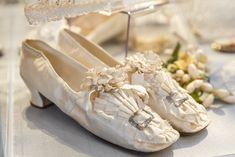 Свадебный марш сквозь века: в замке Фалль открылась выставка свадебных платьев из коллекции Васильева | Вечёрка Vintage Lace Weddings, Vintage Wedding Theme, Vintage Bridal, Wedding Boots, Wedding White, Wedding Rings, Shoe Image, Exclusive Shoes