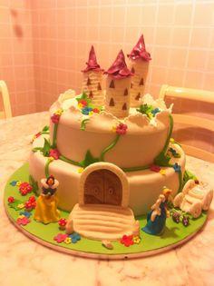 Una torta da fiaba per il compleanno di Aurora. Ma quanto ci piace il cake design