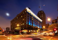 Vista exterior iluminada del hotel en California Renaissance San Francisco Stanford Court Hotel
