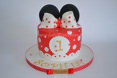 Torta Minnie per il Primo Compleanno: con orecchie e fiocco a poi, nome e numero personalizzati, modellati e dipinti a mano