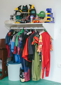 Que tal organizar as fantasias das crianças em uma arara baixinha?  Mais ideias em www.historiasdecasa.com.br #todacasatemumahistoria #kidsroom #organização