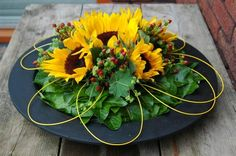 Tafelstuk met zonnebloemen.