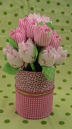 Eu Amo Artesanato: Vaso de latinha - Pesquisa Google Shabby Flowers, Felt Flowers, Diy Flowers, Fabric Flowers, Diy And Crafts, Arts And Crafts, Felt Crafts Patterns, Dollar Tree Decor, Fabric Flower Tutorial