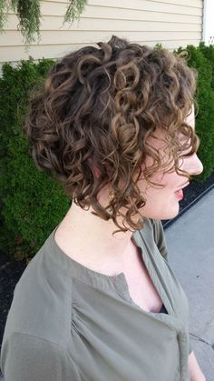 Curly inverted bob with a Devacut