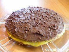 """""""Daimkake"""" er et svært etterspurt kake! Kaken består av to tynne mandelbunner som fylles med deilig gul krem. På toppen dekkes kaken med glasur laget av melkesjokolade, fløte og Daimkuler. Nam nam!"""