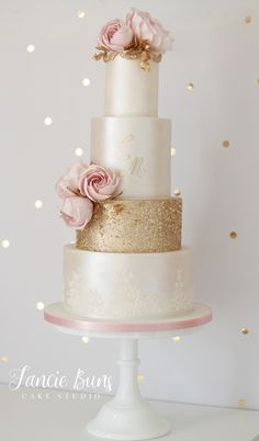 Blush & Gold Wedding Cake Gold edible sequins, pearl lustre, gold initials, lace & sugar flowers of modern blush roses & gold leaves. White And Gold Wedding Cake, Wedding Cake Pearls, Blush Wedding Cakes, Purple Wedding Cakes, Wedding Cupcakes, Wedding Cake Toppers, Wedding Cake With Initials, Elegant Modern Wedding, Elegant Wedding Cakes