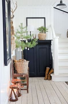Christmas in the entryway (via Interior inspirations) (my ideal home.) Christmas in the entryway (via Interior inspirations) Always wanted to figure out how to knit, although not certain wher. Cottage Style, Farmhouse Style, Farmhouse Decor, Fresh Farmhouse, Industrial Farmhouse, Decoration Hall, Interior And Exterior, Interior Design, Interior Stylist