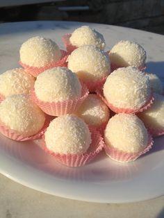 Aceste bomboane ma duc cu gandul la faimoasele bomboane Raffaello, desi mai e…