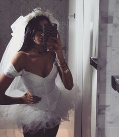 57 Hottest Halloween Costume Ideas To Wear To This Year's Halloween Party - New Ideas - Halloween Costumes Women Halloween Bride Costumes, Couples Halloween, Celebrity Halloween Costumes, Halloween Inspo, Halloween Outfits, Amazing Halloween Costumes, Halloween 2017, Dead Bride Costume, Zombie Bride Costume