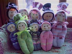 Aqui os dejo esta entradita,con los muñecos calcetin,espero que os gusten.Los hay en dos tamaños,el grande es de unos 17 cm y el otro de 12cm.  Son muy achuchables y adorables.Se realizan en infinidad de colores y no hay ninguno igual.