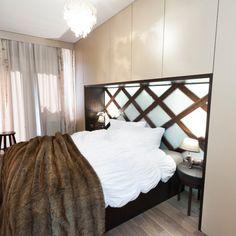U tohoto projektu bylo zařízení malé ložnice doslova výzvou. Do této ložnice by se skříň nejen nevešla, ale také by poničila atmosféru. Úložné prostory jsem vyřešila zavěšenými skříňkami na míru, které efektně rámují postel. Místo klasického dřevěného čela postele jsem stěnu nad postelí nechala obložit sklem, které překrývá efektní dřevěné mřížkování....#interiordesign#bedroom#luxury#zrcadlovapostel#kožešina Bed, Furniture, Home Decor, Decoration Home, Stream Bed, Room Decor, Home Furnishings, Beds, Home Interior Design