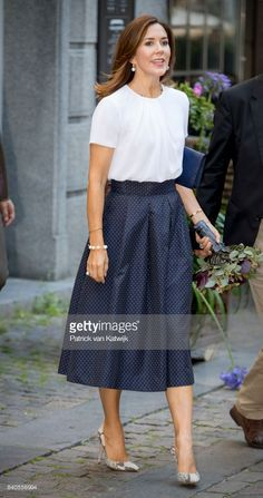 Royal Family Around the World: Crown Princess Mary of Denmark Attends The Opening Of The National Care Center In Copenhagen on August 2017 Crown Princess Mary, Royal Princess, Princesa Mary, Royal Fashion, Fashion Over, Skirt Outfits, Dress Skirt, Office Fashion Women, Womens Fashion