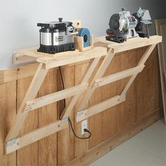 Space-Saving Workstation: Fold-Down Tool Stands Help You Make The Most of Shop Space. Woodworking Shop, Woodworking Plans, Woodworking Projects, Workshop Storage, Diy Workshop, Garage Workshop, Diy Kitchen Storage, Diy Storage, Garage Storage