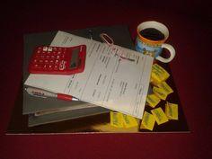 Toto je vše naprosto jedlé, jde o přesnou imitaci pracovního stolu jedné účetní...tištěno na jedlém papíru jedlými barvami, hrnek jedlý, brýle, propiska, kalkulačky i lepítka....