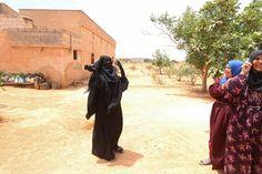 Ein Dorf im Norden Syriens. Eine Frau trägt den schwarzen Nikab, einen...