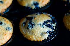 Dit recept voor glutenvrije muffins komt van Rudolph van Veen. Ideaal voor tijdens het ontbijt of als snack tussendoor. Klik hier voor de bijbehorende video op de website van 24Kitchen. Verwarm je oven voor op 180 graden. Meng de kokosrasp met het zout en bakpoeder, roer de eieren los met de honing en zonnebloemolie. Meng …
