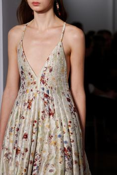 Sfilata Valentino Parigi - Alta Moda Primavera Estate 2017 - Dettagli - Vogue