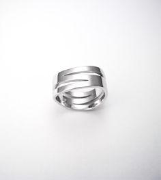 Poročni prstan. Wedding ring. Več, more -  #wedding #engagement #ring #proposal #isaidyes #komanjewelry #handmade #gold #diamonds #love #together #forever #joyeria #jewelrydesign #jewelry #fashion #showmeyourrings #alternativebridal #zarocni #porocni #prstan #zlato #diamanti #ljubeze #skupaj #zavedno #nakit #moda #izdelanorocno