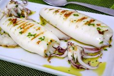 Roasted squids are the perfect summer dinner, excellent accompanied by a nice b … - Calamari Squid Dishes, Pollo Tandoori, Weightwatchers Recipes, Seafood Pasta, Calamari, Holiday Dinner, Antipasto, Fish Recipes, Carne
