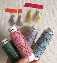 ふわふわもこもこな黄色い毛糸と、カラフルでかわいい、ポンポンのついたアヴリル(AVRIL)の糸で作ったタッセルのピアスです。しずく型のビーズとともにゆらゆら揺... ハンドメイド、手作り、手仕事品の通販・販売・購入ならCreema。