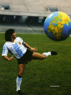 He's got the whole world in his feet. When he was the BEST! El Mundo a sus pies! Football Icon, Football Kits, World Football, Football Jerseys, Football Images, Football Pictures, Mexico 86, Diego Armando, Association Football