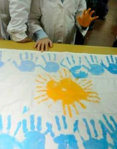 Ideas para decorar y hacer banderas con diferentes técnicas Msv, Classroom Themes, Teaching Kids, Ideas Para, Plastic Cutting Board, Preschool, Bloom, Collage, Education