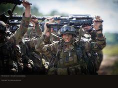 """""""Plus haut les bras !"""" Ils achèvent le parcours physique... © CCH A. DUMOUTIER Tac Gear, French Army, Physique, Raven, Warriors, Special Ops, You Are Special, Special Forces, Military Men"""