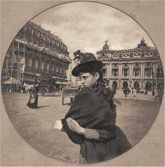 """""""Jeune fille, place de l'Opéra"""". Une photo de Nadar, 1886 https://www.facebook.com/parisdantan/photos/a.121581947984259.22194.120244691451318/615676485241467/?type=3&theater"""