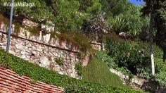 Sus pequeñas terrazas a distintos niveles permiten asomarse y descubrir la costa a medida que vamos subiendo.