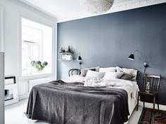 dark blue walls | white linen | photo: anna furbacken
