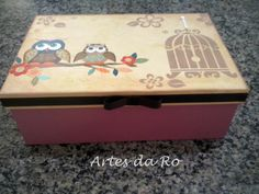 Caixa (mdf), decorada com papel para decoupage e pintura em estencil! Stencil, Casket, Toy Chest, Boxes, Country, Diy, Home Decor, Decorated Boxes, Wood Art