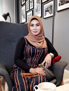 Arab Girls Hijab, Girl Hijab, Belle Nana, Muslim Women Fashion, Muslim Beauty, Hijab Chic, Sexy Older Women, Beautiful Hijab, Indian Beauty Saree