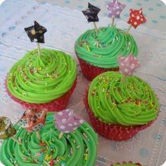 un peu écoeurant le vert pour les cupcakes Birthday Candles, Birthday Cake, Blog, Cupcakes, Desserts, Green, Tailgate Desserts, Cupcake Cakes, Deserts