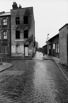 Val Perrin's Empty Brick Lane - In this final selection from Val Perrin's superb pictures of Spitalfields taken between 1970-72, and published now for the first time, I have focussed on his atmospheric photography of the deserted streets, recording the sense of abandonment and dereliction which prevailed at that time. | Spitalfields Life Urban Decay Photography, A Level Photography, London Photography, Vintage Photography, Street Photography, Poverty Photography, Victorian Photography, London Boroughs, East End London