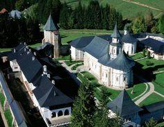 Romania redescoperita - Un site despre Romania si minunile ei Hidden Places, Painted Doors, Eastern Europe, Amazing Architecture, Chile, Tourism, Places To Visit, Culture, Mansions