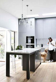 A modern farm-style kitchen combines contemporary lines with cosy elements. Get tips on how to create this look for your new kitchen renovation. Interior Walls, Kitchen Interior, New Kitchen, Kitchen Decor, Kitchen Design, Kitchen Island, Kitchen Furniture, Interior Cladding, Art Deco Kitchen