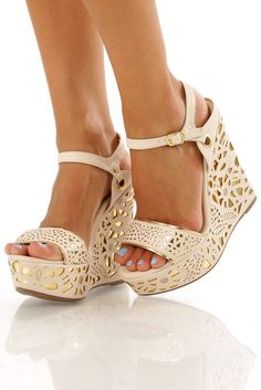 30 Ultra Trendy Wedge Sandals On The Street – Style Estate – - Mode Pour Couples Pretty Shoes, Beautiful Shoes, Cute Shoes, Me Too Shoes, Wedge Sandals, Wedge Shoes, Shoes Heels, Louboutin Shoes, Stilettos