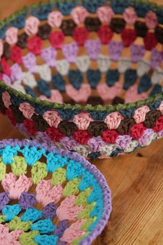 "Crochet baskets: first, use ""ordinary"" cotton yarn to crochet a (modified) granny square. Shape it by placing into a bowl, then cure with starch. Let dry, and voilà! Posted by Jeanet Jaffari-Schroevers of ""Glad I Knit"". Crochet Bowl, Crochet Diy, Crochet Amigurumi, Crochet Motifs, Love Crochet, Crochet Crafts, Yarn Crafts, Crochet Stitches, Crochet Patterns"