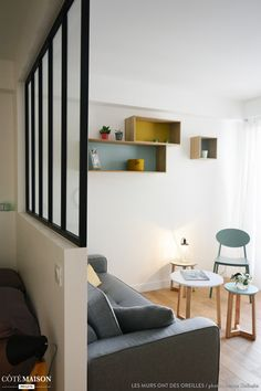 itué au 6e et dernier étage d'un immeuble des années 70, ce petit appartement du 10e arrondissement de Paris a été entièrement repensé et s'offre ainsi une seconde vie. Dans ces 30m2, le cahier des charges était d'envisager une pièce à vivre avec cuisine ouverte pour créer une impression d'espace dès l'entrée dans l'appartement ; par ailleurs, la cliente souhaitait un coin nuit distinct, que nous avons éclairé en second jour grâce à une verrière en partie haute. enfin, la salle de bains a…