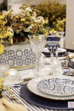 Mesa em azul e amarelo com marcadores de lugar arrematando uma composição cheia de carinho!