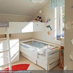 Der Platz im kleinen Kinderzimmer für Zwei kann mit einem Hochbett optimal genutzt werden – trotz Dachschräge. Damit sich das Kind im unteren Bett etwas freier…