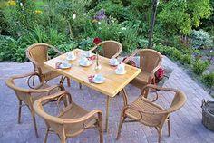 Vanaf het terras van Theeschenkerij The Wisple heb je uitzicht op de grote tuin met vijver.