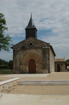 MAISONNAY (79) l'église et son parvis restaurée